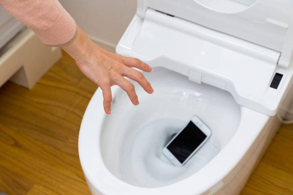 トイレにスマートフォンを落とした